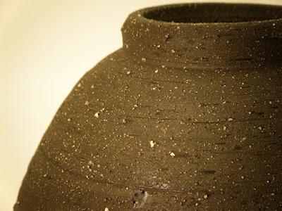 益子焼の埦のヘラ状工具での削り