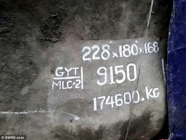 В Бирме найден самый большой кусок янтаря весом 175 тонн,  оценен в 140 миллионов британских фунтов.    The remarkable stone weighs a staggering 175 tonnes, measures 9ft high, 18ft long and 18ft wide.     Это второй по величине кусок янтаря в мире, из самого большого куска сделана статую Будды в Китае весом 260 тонн.    Мья́нма государство в Юго-Восточной Азии, расположено в западной части полуострова Индокитай. Бирма один из самых крупных производителей и добытчиков янтаря в мире. Миллионы лет назад очевидно на этой территории произрастали самые крупные деревья в мире. Так как янтарь это смола деревьев,которая пережила миллионы лет.