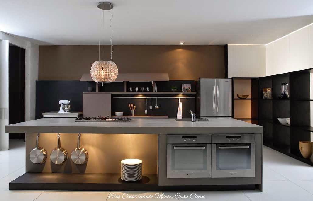 Ilha cinza com marrom e eletros em inox! Móveis preto com parede marrom.  Detalhe do pendente de cristais sobre o cooktop! 393d7cb9e7