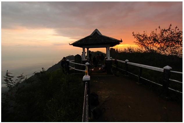Menyambut Matahari Terbit Penuh Kabut di Puncak Suryoloyo