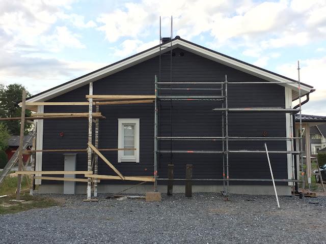 talon maalaaminen ensimmäistä kertaa, rakennustelineet, sähkökaappi, teknos 612x, harmaa ulkomaali, teknos talomaali kokemuksia