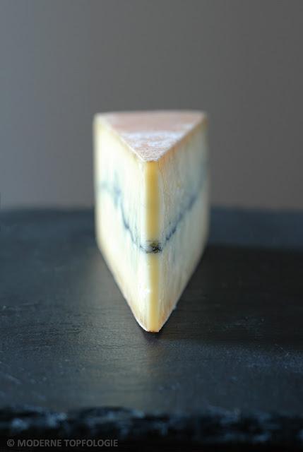 Noble Schönheit: der Morbier. Kaese aus Frankreich: Eine Schicht aus Pflanzenasche, die den Morbier mittig durchzieht, macht den halbfesten Kaese aus dem Departement Jura der Region Franche-Comte unverwechselbar