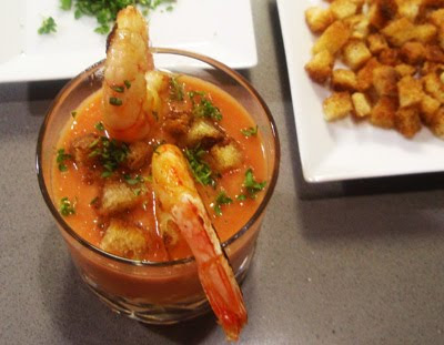 gazpacho de sandía, tomate y calabacín con langostinos
