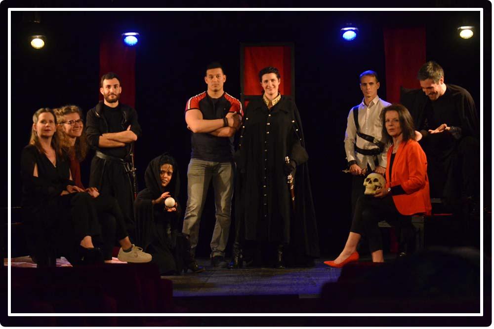 Les comédiens avec toute l'équipe de Macbeth (s)