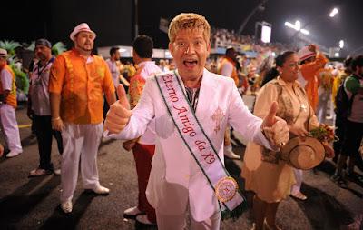 O cantor Roberto Leal desfila pela X-9 Paulistana. — Foto: Raul Zito/G1
