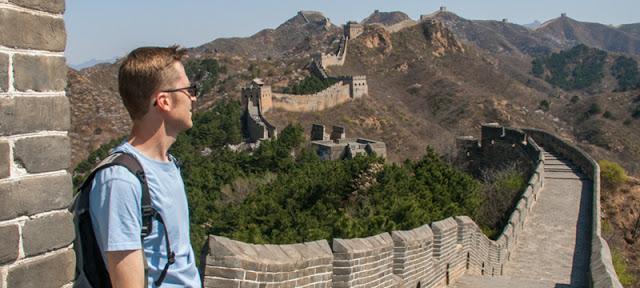 Moi sur une portion déserte de la Grande Muraille de Chine