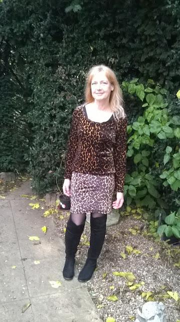 https://brackencrafts.blogspot.com/2018/12/leopard-velvet-skirt-and-top.html