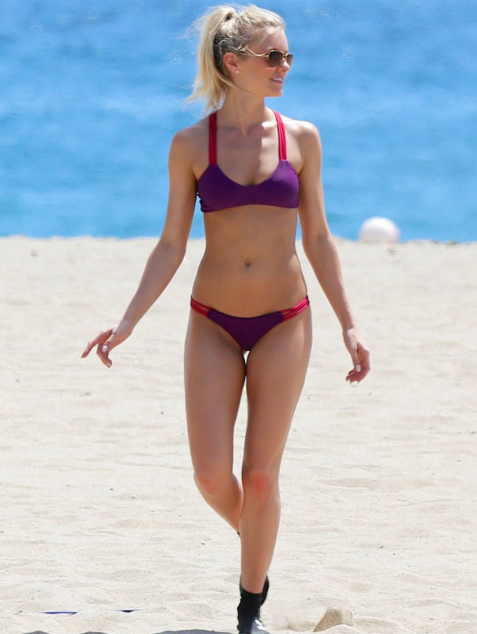 Celebrity in bikini: Elle Evans on Malibu Beach