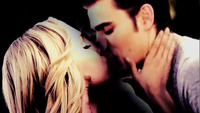 Resultado de imagem para caroline e stefan beijo