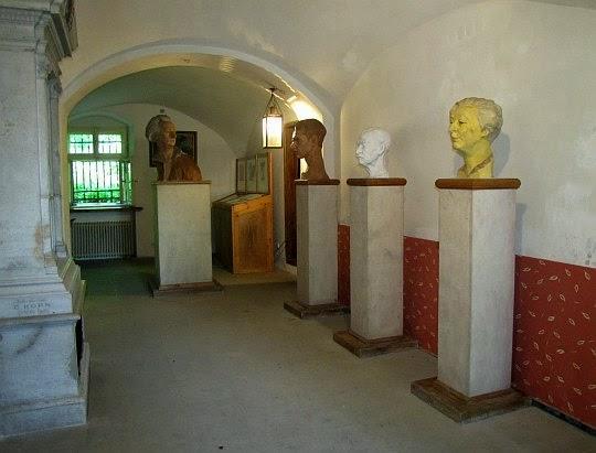 Sień z rzeźbami Wincentego Bałysa (ucznia Xawerego Dunikowskiego).