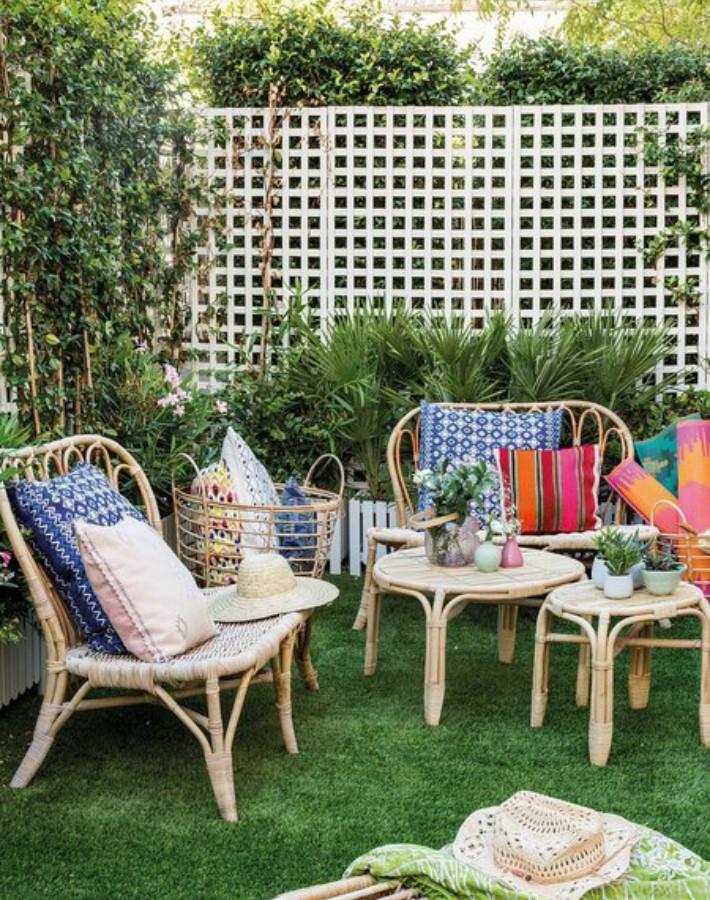 Terraza decorada con muebles, textiles y accesorios de IKEA