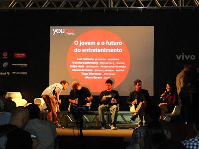 """Foto de uma mesa redonda intitulada """"O jovem e o futuro do entreterimento"""" no Festival You Pix."""