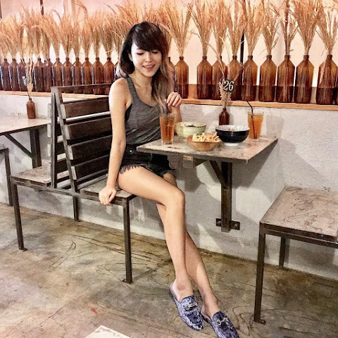 Asian girl eating various kind of bread [4pics]