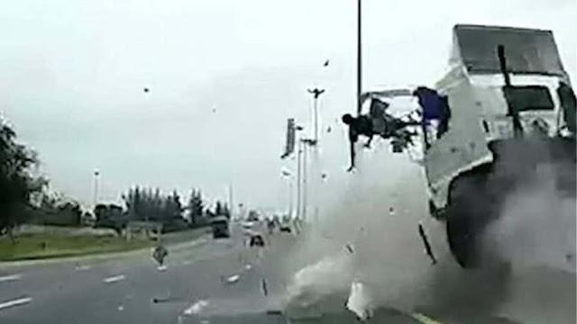 Σοκαριστικό: Οδηγός νταλίκας τρακάρει και εκτοξεύεται στο αντίθετο ρεύμα!  (βίντεο)