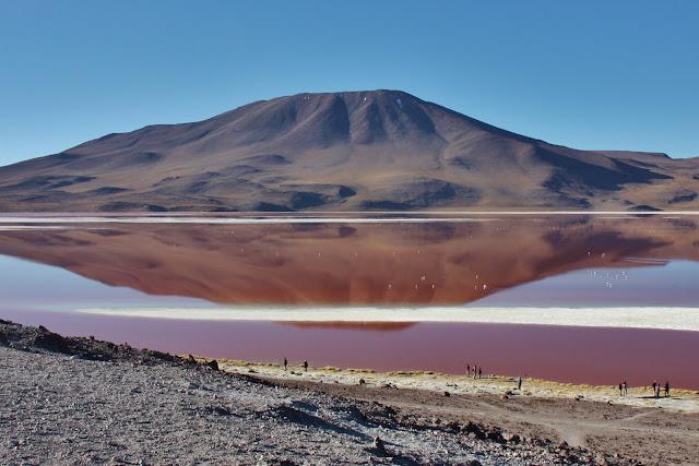 Cerro Negro refletido na Laguna Colorada, na Bolívia