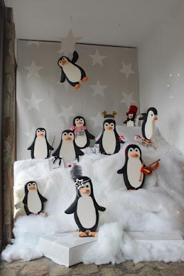 Escaparate de Navidad decorado con pingüinos