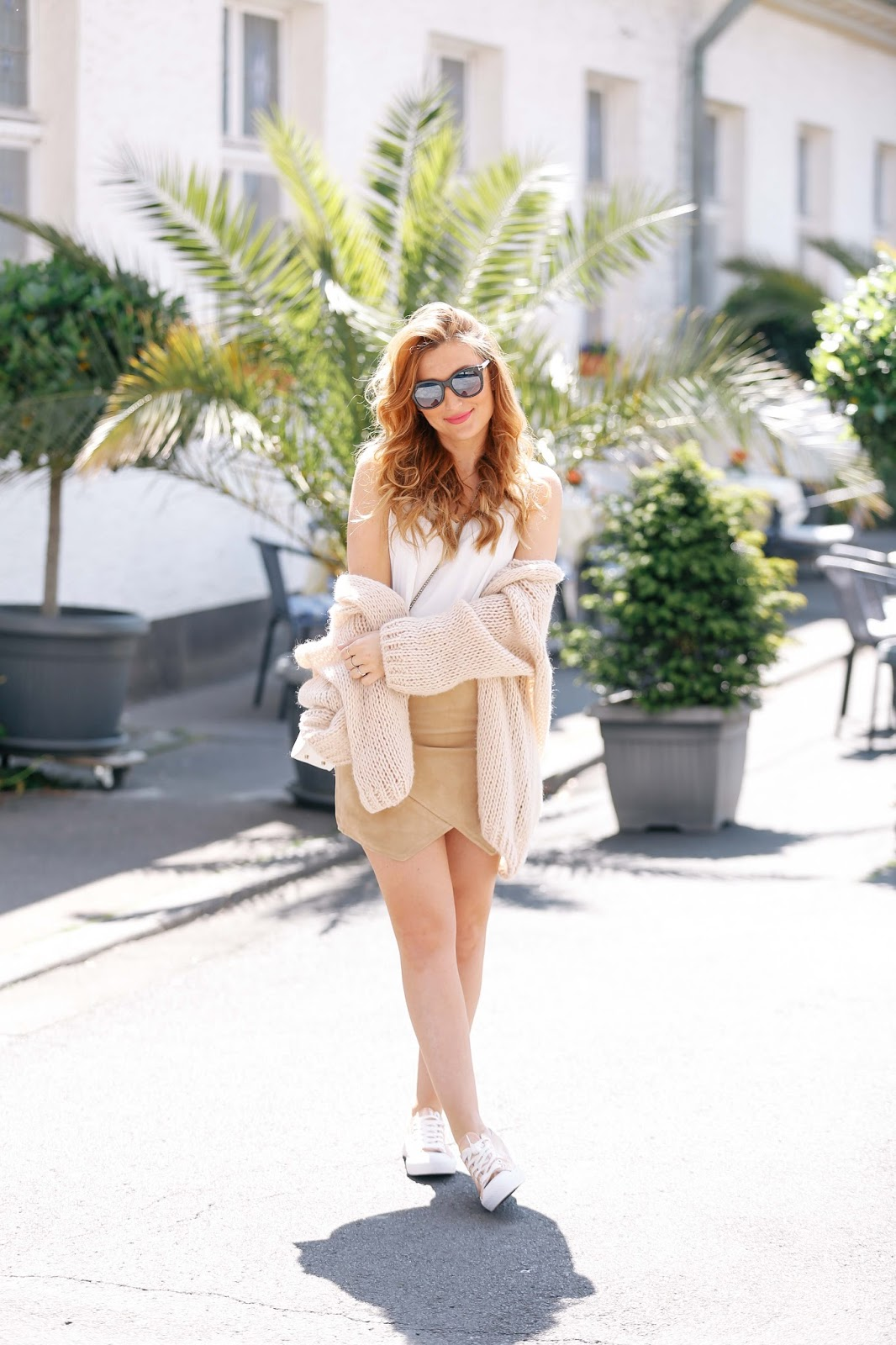 brauner-wildlederrock-ivyrevel-blogger--style-weiße-furla-tasche-fashionstylebyjohanna