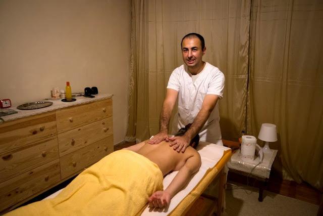 Masaj cu pietre de Jad calde. Detoxifiere naturală. Florin Chindea, maseur autorizat Timişoara. Poză de prezenare