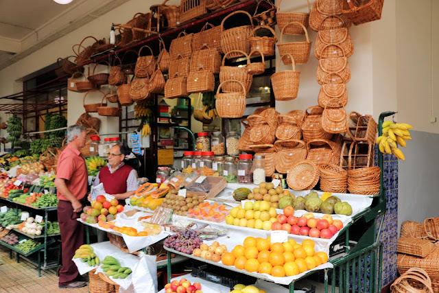 Mercado dos Lavradores, Funchal, Madeira, Korbwarenstand (C) JUREBU
