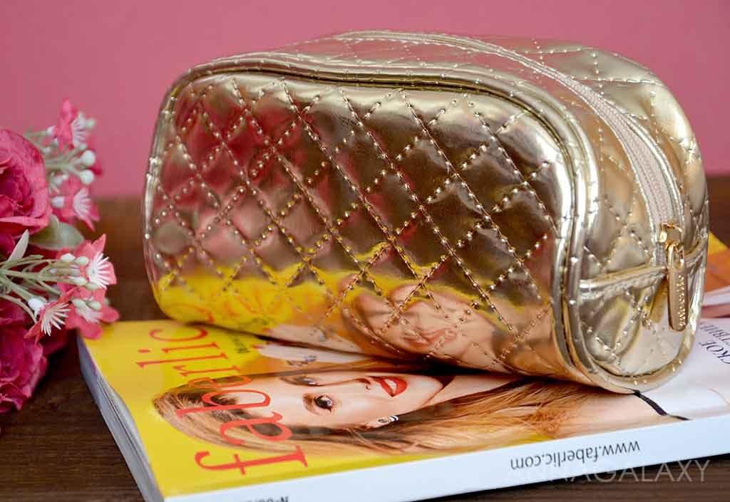 b8ddaa159f50 Косметичка женская средняя «Золотое плетение» выполнена в золотом  приглушенном цвете. Ее поверхность напоминает плетеную кожу и на ощупь она  такая же, ...