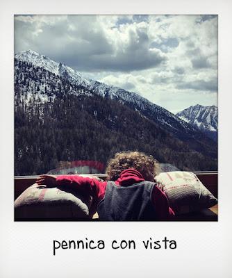 Bambina gioca in un rifugio al Crest, in Valle d'Aosta