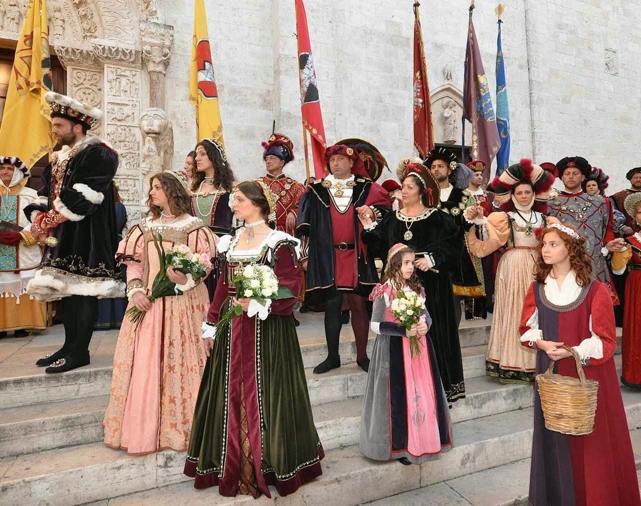 Bitetto, Itália, grupo de familias na catedral, roupas do século XIV