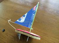 Barco de plastico y metal. Polímeros. Ship
