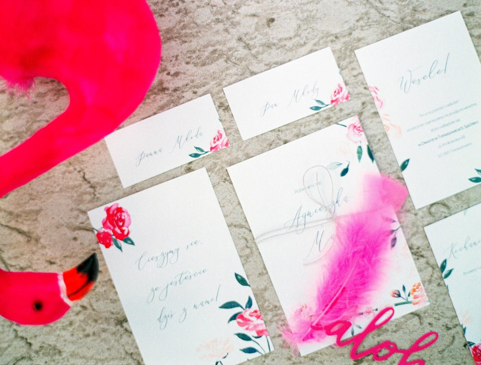 Różowe zaproszenia ślubne.