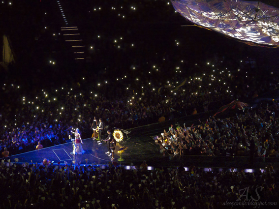 Koncert Katy Perry w Polsce - Kraków Cracow 24.02.2015 - Acoustic Set - fani - fans - flashmob, lights - Prismatic World Tour