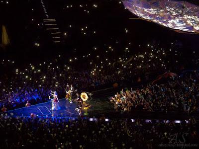 Koncert Katy Perry w Polsce - Kraków Cracow 24.02.2015 - Acoustic Set - fani - fans - flashmob, lights - Prismatic World Tour