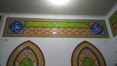 Kaligrafi interior masjid dengan khat sulus dikombinasikan dengan kaligrafi asmaul husna dan nama sahabat nabi abu bakar dan umar