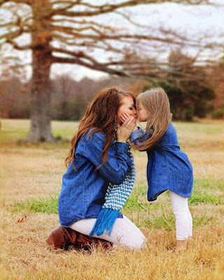 pose tumblr de mama besando a hija