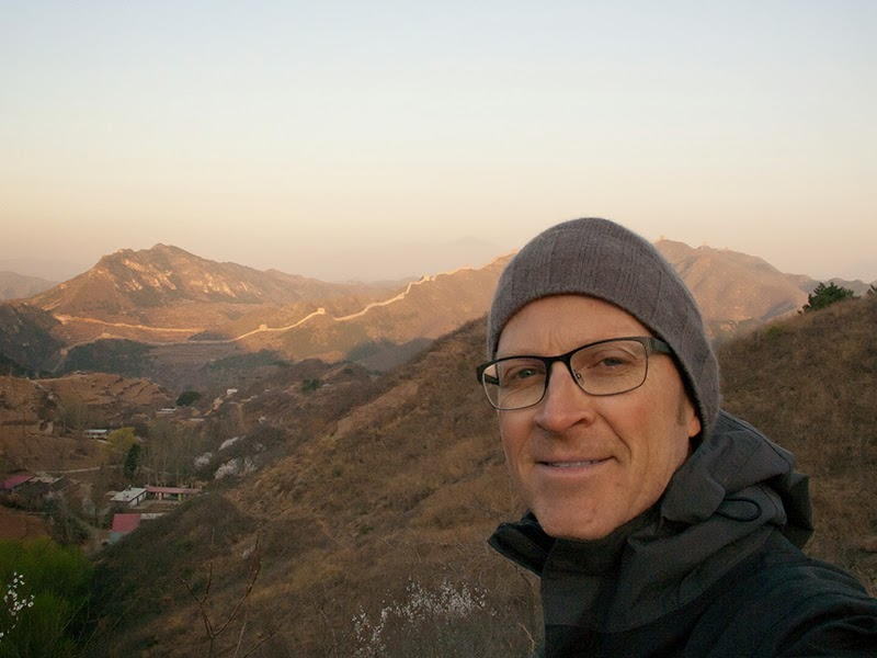 Mario devant la Grande Muraille de Chine au lever du soleil
