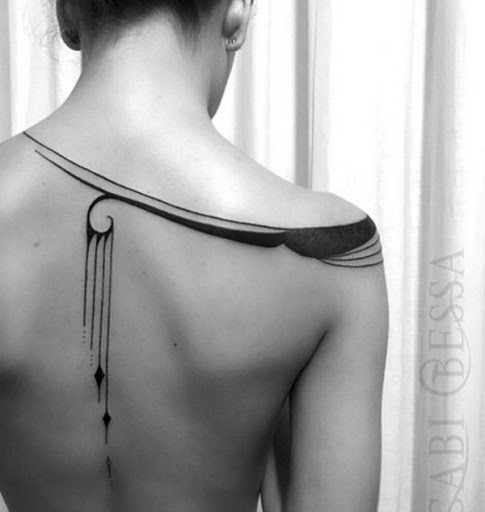 Esta bela apaguei peça é uma reminiscência de uma tira de pano com balançando esferas envolto em torno do utilizador do ombro.
