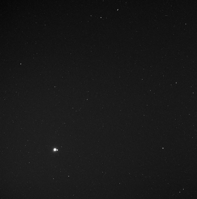 Trái Đất và Mặt Trăng khi nhìn từ Sao Thủy. Hình ảnh: NASA/Johns Hopkins UAPL.