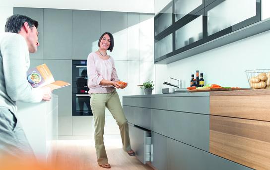 Функциональный кухонный шкаф под мойку