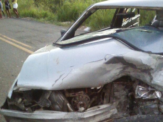 Carro da vítima ficou destruído (Foto: Carlos José / Voz da Bahia)