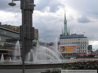 фонтан, кирха и рекламный ежик