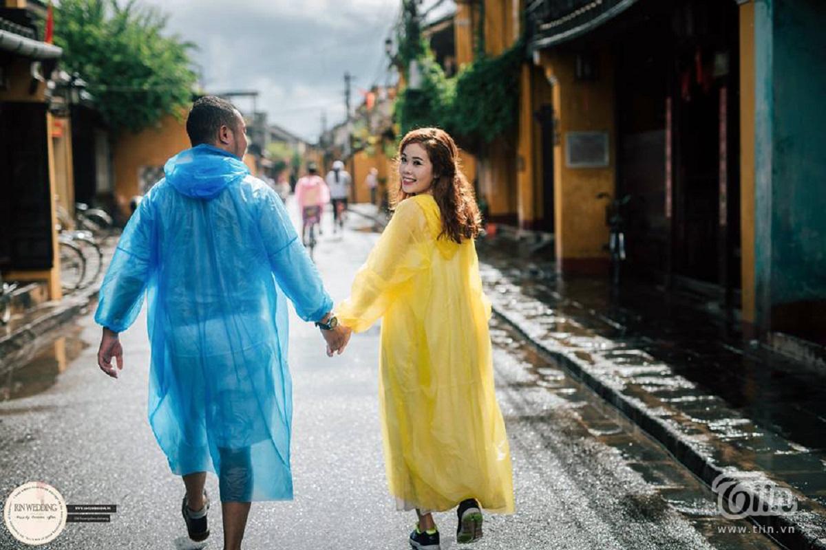 Ý tưởng mặc áo mưa chụp ảnh cưới độc đáo của cặp đôi người Gia Lai