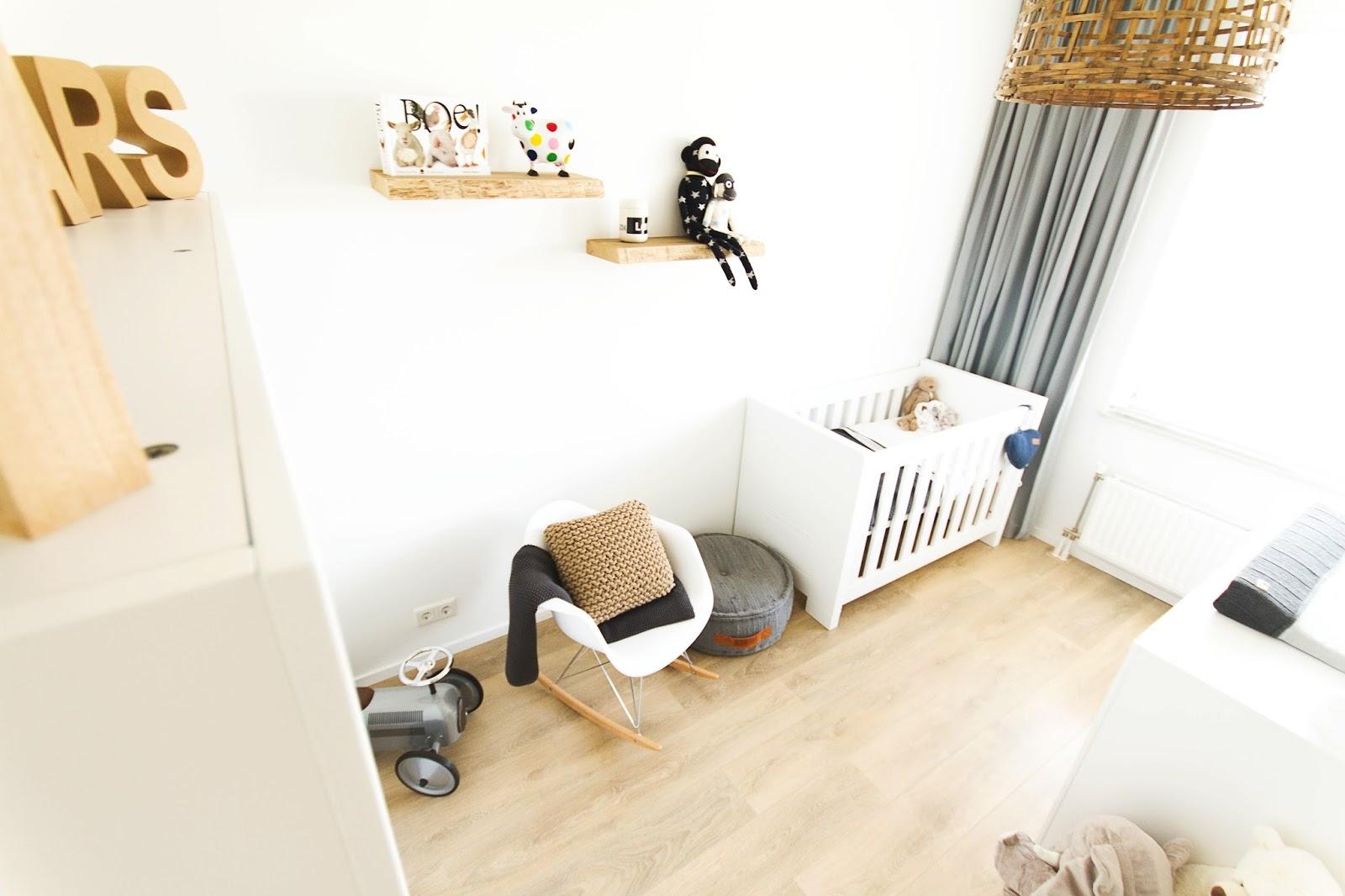 Eames Schommelstoel Babykamer.Brenstijl Binnenkijken Babykamer Van Lars