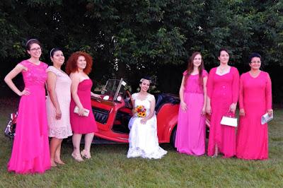 Após a cerimônia do casamento, as madrinhas fotografam junto com a noiva.