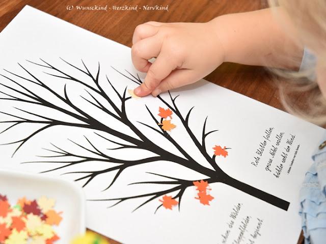 Kostenloser Download! Mit der Hebstbaum-Vorlage können viele verschiedene Bastelideen umgesetzt werden. Diesmal haben wir Blätter aus Tonpapier ausgestanzt und aufgeklebt.