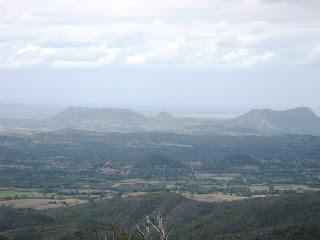 Cerro Galano, a la derecha Cerro las Tinajitas, izquierda Silla de Gibara