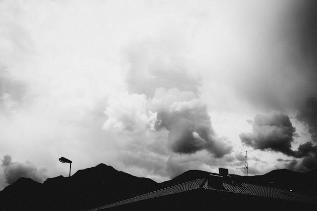 Niebo nad Arco, Trento, Italy. Czarno-biała fotografia. fot. Łukasz Cyrus