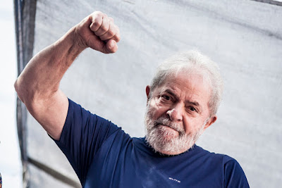 Lula com o braço erguido