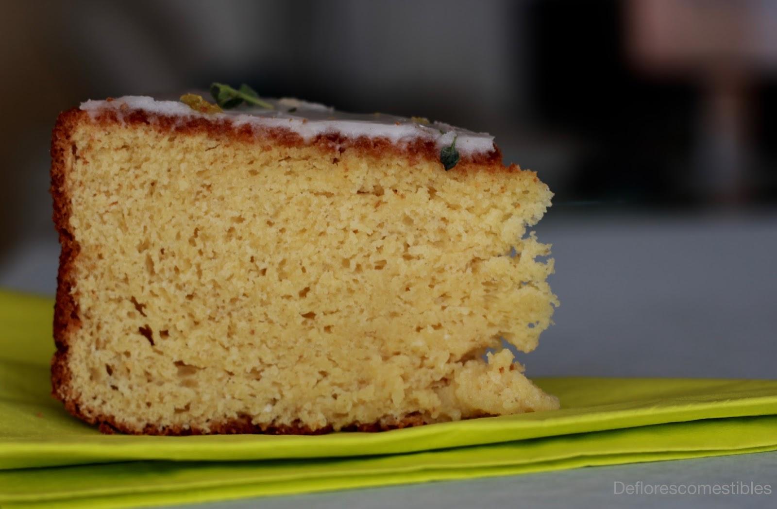 Bizcocho de harina de garbanzos y glaseado por encima con tomillo limonero