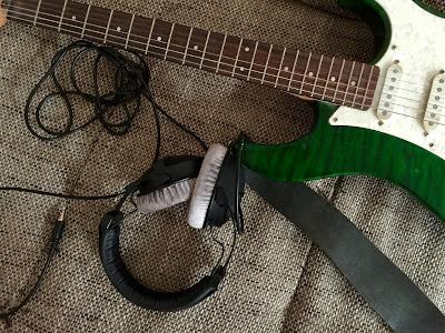 E-Gitarre mit Kopfhörern