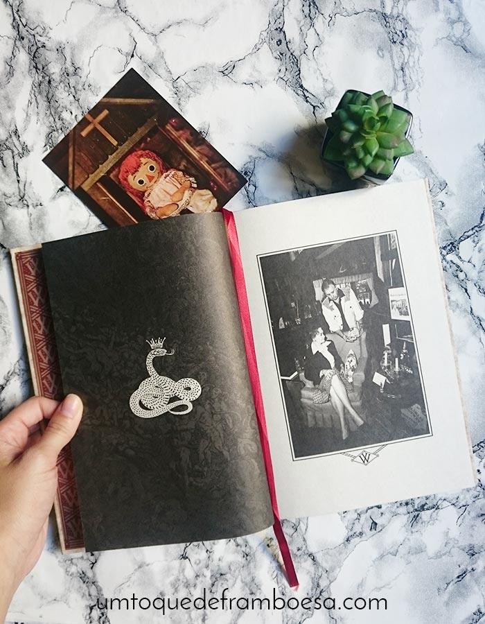 Foto do casal Ed e Loraine Warren no livro Demonologistas, que conta casos (famosos e outros) nos quais o casal trabalhou