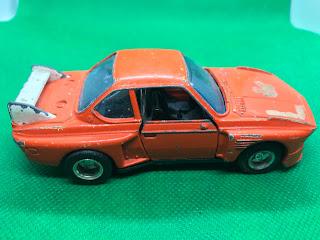 BMW 3.5CSL のおんぼろミニカーを側面から撮影