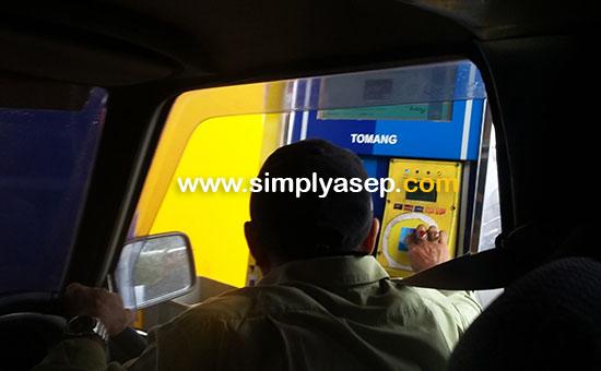 CASHLESS : Pengemudi kendaraan roda empat bisa langsung mengeksekusi transaksi Tol dengan menggunakan kartu e-money ini. Praktis memang tapi mengurangi tenaga kerja manusia.  Foto Asep Haryono